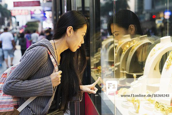 junge Frau junge Frauen Fenster Straße kaufen Handel Laden vorwärts China Hongkong