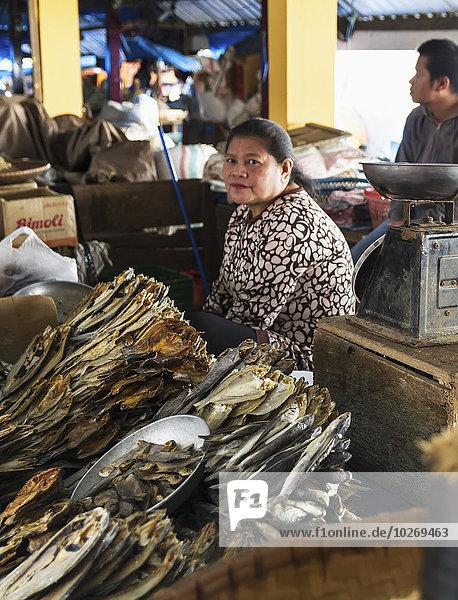 Fisch Pisces getrocknet Indonesien Markt Straßenverkäufer