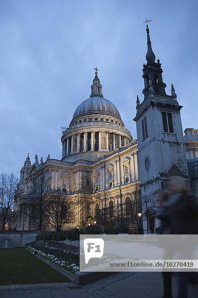 Mensch zwei Personen Menschen gehen London Hauptstadt Kathedrale Nostalgie St. Pauls Cathedral 2 Abenddämmerung England