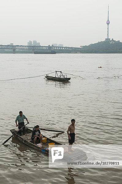 Mensch Menschen klein Boot Fluss China Wuhan