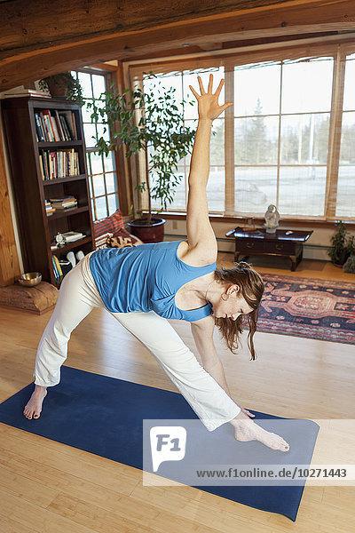 Innenaufnahme Frau üben Yoga Studioaufnahme