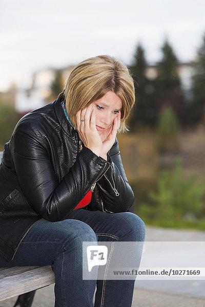 Frau Sitzbank Bank reifer Erwachsene reife Erwachsene überarbeitet Verzweiflung