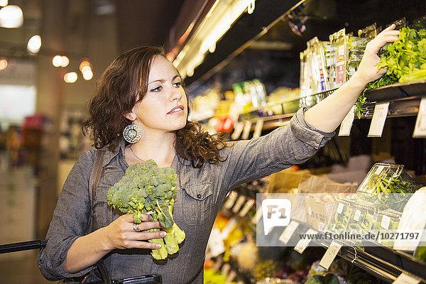 junge Frau junge Frauen Lebensmittelladen kaufen Pflanze Markt