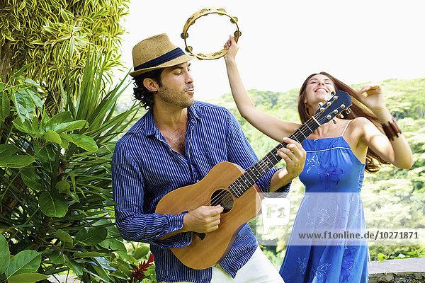 Musik Gitarre Verbindung Klassisches Konzert Klassik spielen Tamburin Mann und Frau