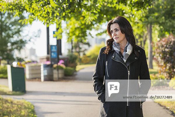 Außenaufnahme Geschäftsfrau gehen Großstadt reifer Erwachsene reife Erwachsene Herbst freie Natur