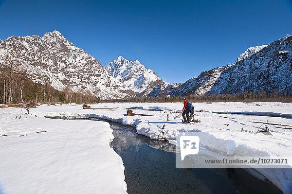 Winter Mann Tag Tal Hintergrund Fluss Sonnenlicht Verbindung Berg Mount Yukla Adler Schneeschuhlaufen
