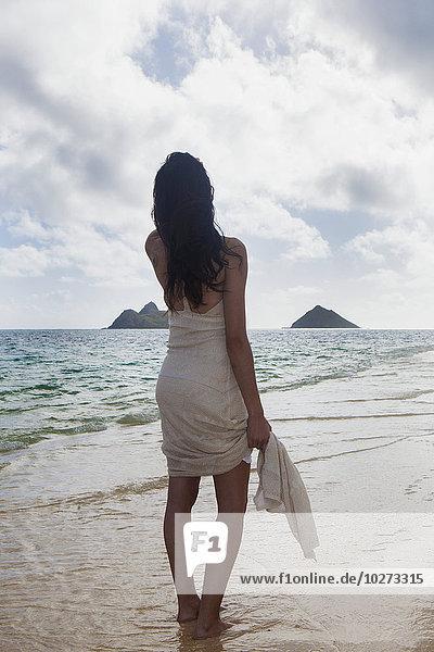 junge Frau junge Frauen Ecke Ecken Strand weiß Verbindung Kleid