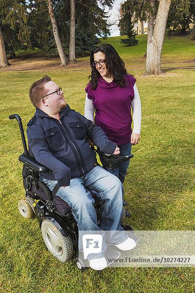 sprechen Ehefrau gehen Herbst Behinderung Ehemann