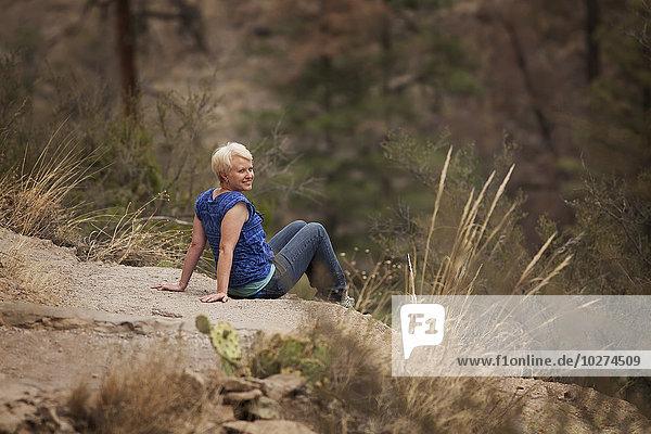 angelehnt sitzend Portrait Frau lächeln drehen groß großes großer große großen Verbindung