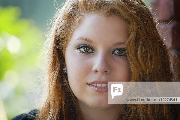 junge Frau junge Frauen lang langes langer lange rot Verbindung Haar