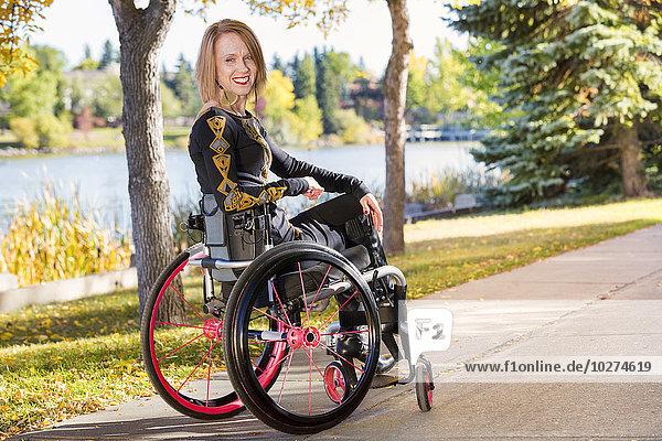 Behindertensport Frau Weg Großstadt Herbst jung Rollstuhl