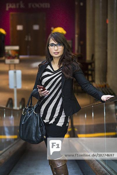 Handy Einkaufszentrum junge Frau junge Frauen Prüfung kaufen Nachricht