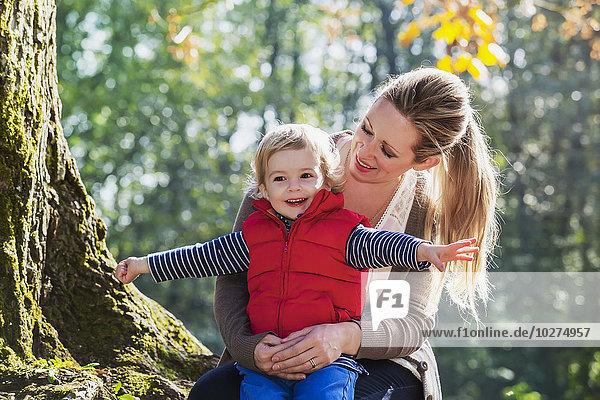 Sohn halten Herbst Mutter - Mensch