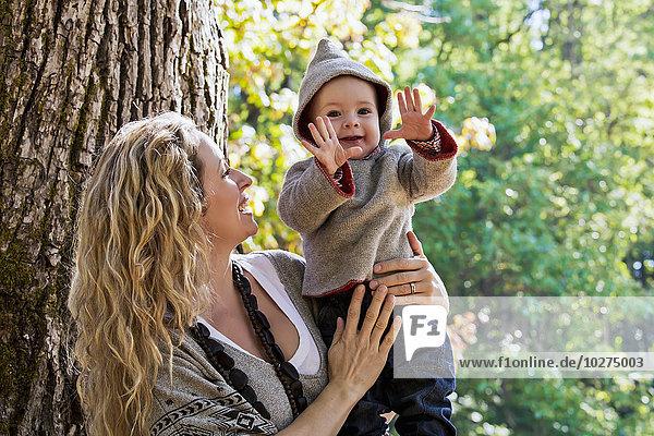 Außenaufnahme Sohn halten Herbst Mutter - Mensch freie Natur