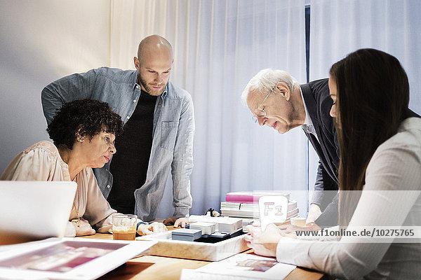 Geschäftsteam diskutiert über das Modell im Sitzungssaal