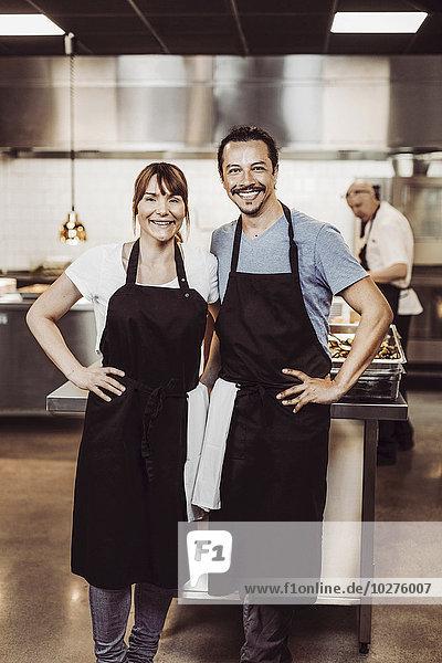 Porträt der glücklichen Köche in der Großküche