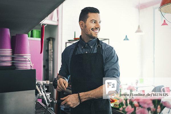 Barista beim Zubereiten von Kaffee im Café