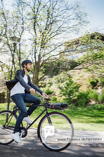 Geschäftsmann mit Fahrrad auf der Straße
