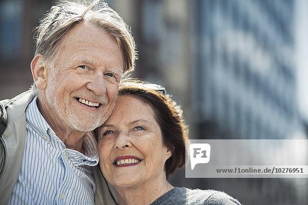 Glückliches Seniorenpaar mit Blick nach draußen