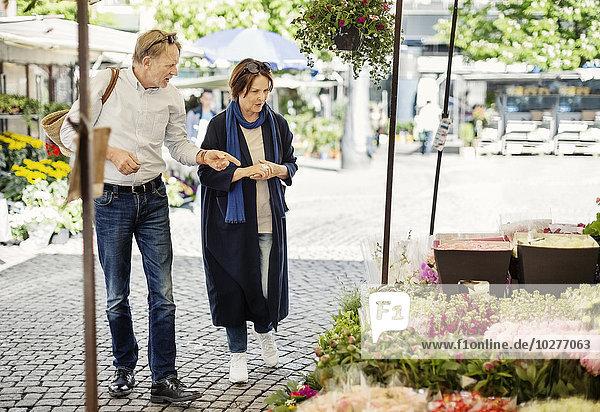 Seniorenpaar beim Einkaufen auf dem Blumenmarkt