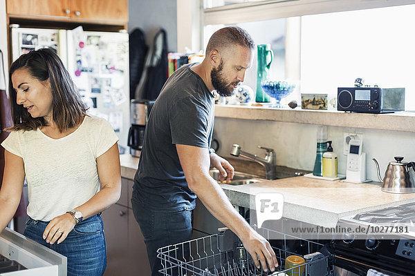 Paar arbeitet zusammen in der Küche