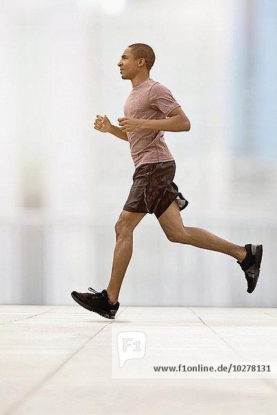 Mann rennen Mittelpunkt Erwachsener