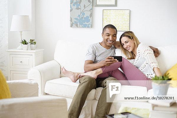 sehen Zimmer Mittelpunkt Smartphone Wohnzimmer Erwachsener