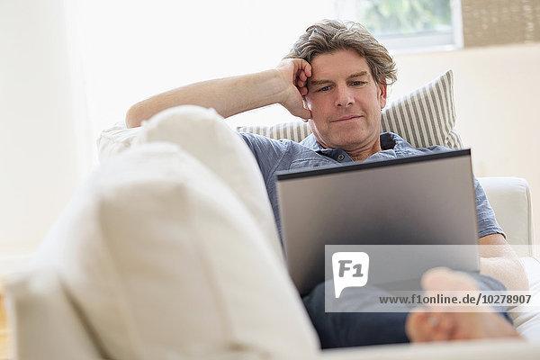 benutzen Mann Notebook Couch reifer Erwachsene reife Erwachsene