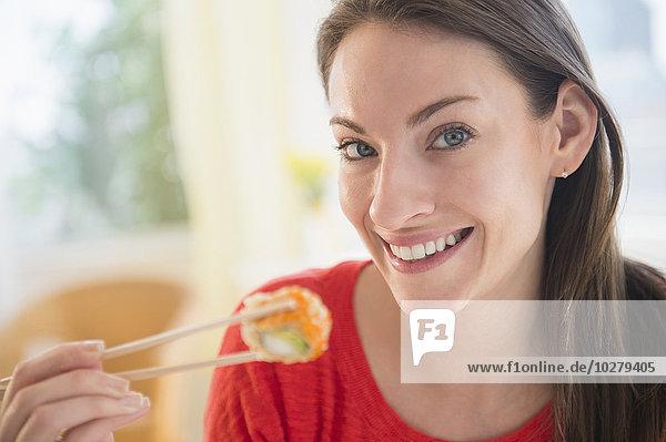 Portrait Frau Sushi essen essend isst