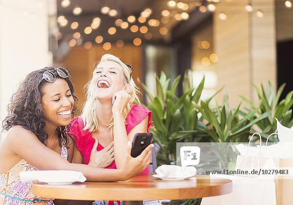 benutzen Freundschaft Cafe Smartphone