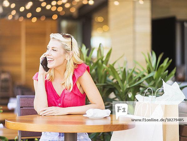 Frau sprechen Cafe telefoniert