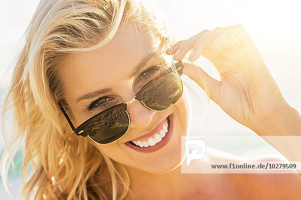 junge Frau junge Frauen Kleidung Sonnenbrille