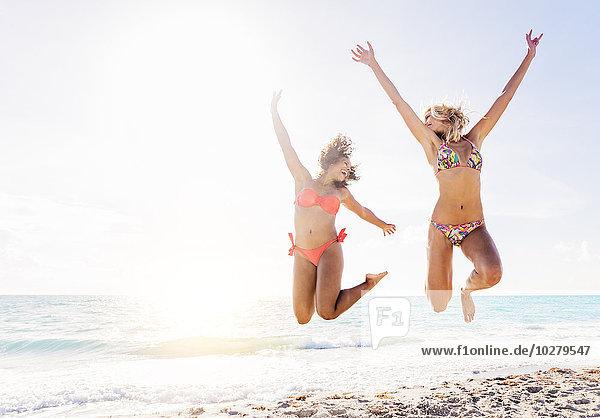 Freundschaft Strand springen