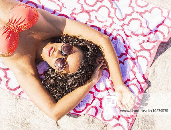 junge Frau junge Frauen Strand sonnenbaden sonnen