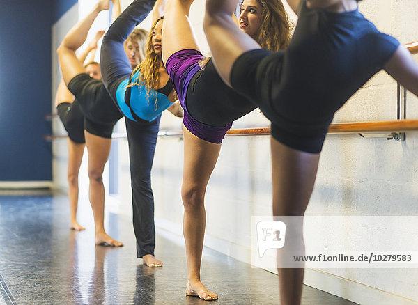 tanzen strecken Tänzer Studioaufnahme