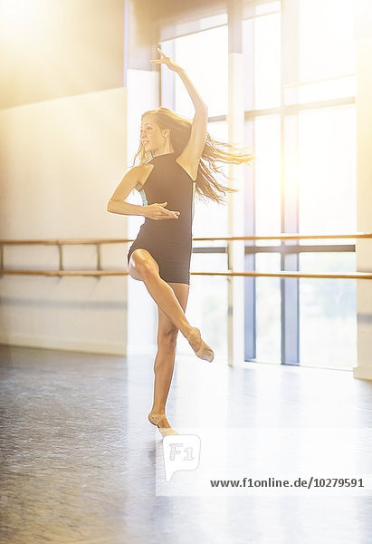 junge Frau junge Frauen tanzen Studioaufnahme junge Frau,junge Frauen,tanzen,Studioaufnahme