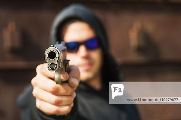 Mann zeigen Handfeuerwaffe