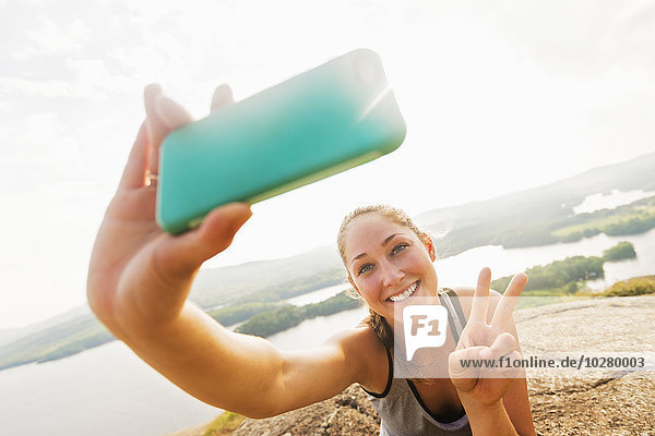 junge Frau junge Frauen nehmen Smartphone