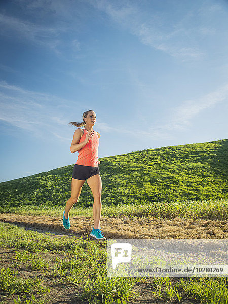 Frau rennen Feld