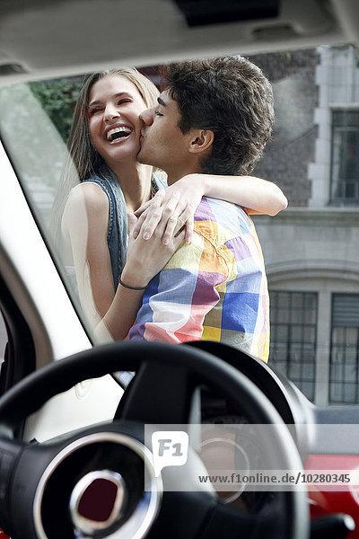 Außenaufnahme Auto küssen