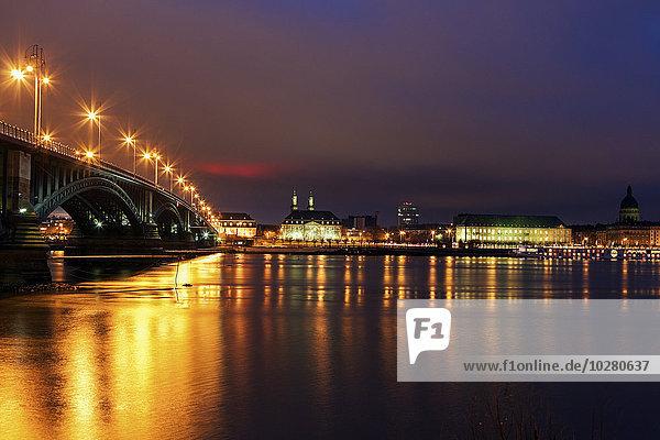 Skyline Skylines beleuchtet Ufer Brücke