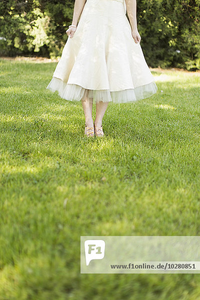 stehend Frau Rasen weiß Kleid