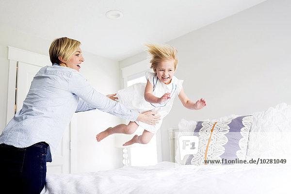 Frau Schlafzimmer Mädchen spielen
