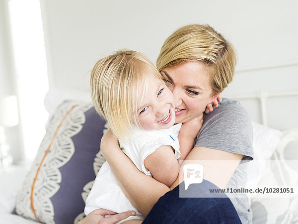 Frau umarmen Schlafzimmer Tochter