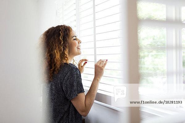 Frau, sehen, Fenster, blättern