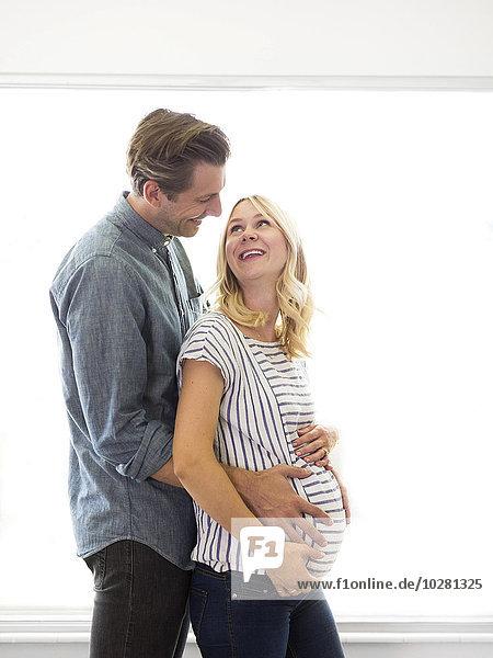 Ehefrau umarmen Schwangerschaft Ehemann