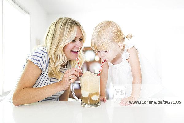 Milchshake trinken Tochter Mutter - Mensch