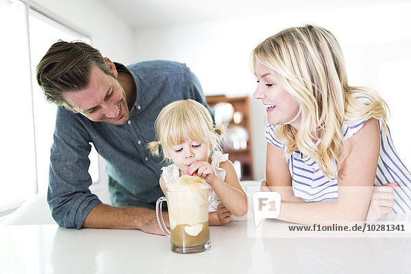 Milchshake Interior zu Hause Menschliche Eltern trinken Mädchen