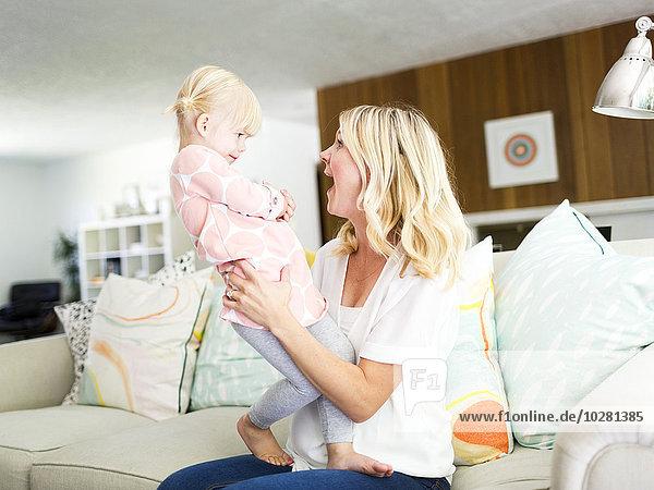 Frau Zimmer Zeit Geld ausgeben Tochter Wohnzimmer Zeit verbringen