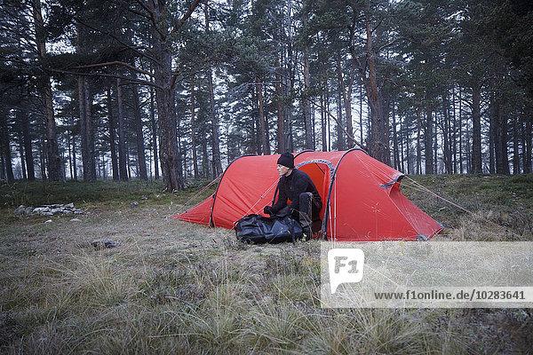 nahe Mann Wald Zelt